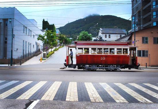 路面電車と函館山.jpg